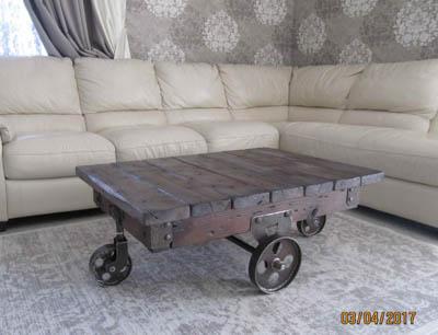 Стол в стиле лофт.  Оригинальный журнальный стол.